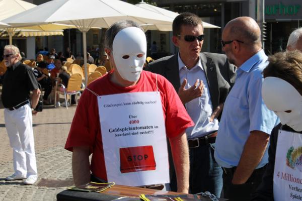 Mit der Maske vertuschen Spieler ihre Glücksspielsucht