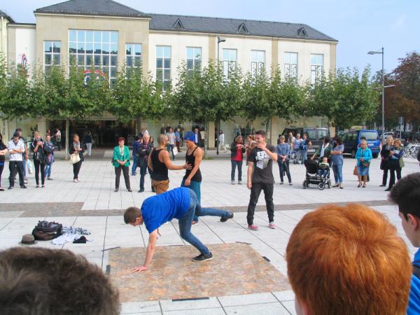 Breakdancer auf der Aktionsfläche