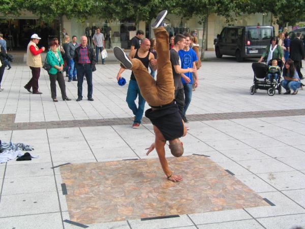 Breakdancer beim Kopfstand