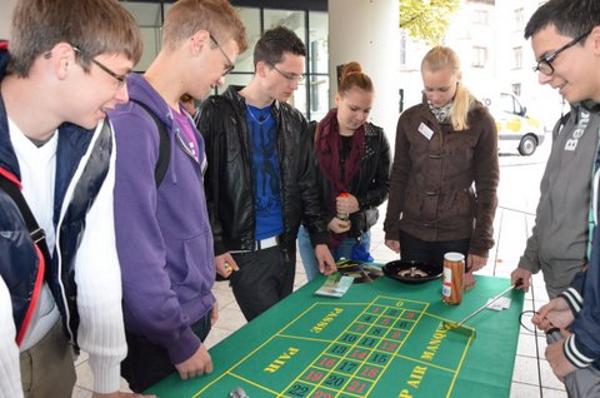 Den Schülern werden die immensen Verlustrisiken des Glücksspiels erklärt!
