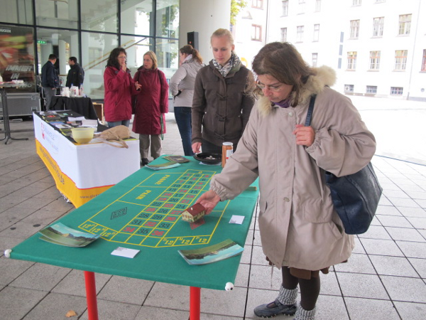 """Eine Passantin """"setzt"""" ein Einfamilienhaus beim Roulette """"auf`s Spiel"""" und …….verliert!"""